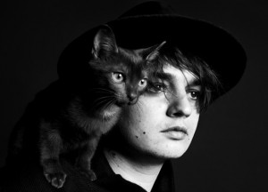 Pete Doherty con gato